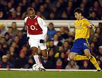 Fotball<br /> Arsenal v Southampton<br /> 10. februar 2004<br /> Highbury<br /> Foto: Digitalsport<br /> Norway Only<br /> Thierry Henry, Arsenal, og Rory Delap. Southampton