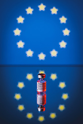THEMENBILD - Ampulle des mRNA-Impfstoffs BNT162b2 von BioNTech/ Pfizer mit der Flagge der Europäischen Union. Comirnaty ist der erste in Europa zugelassene Impfstoff gegen Covid-19, aufgenommen am 18. März 2021, Österreich // Vial of the mRNA vaccine BNT162b2 from BioNTech/ Pfizer with the flag of the European Union. Comirnaty is the first vaccine against Covid-19 licensed in Europe, Austria on 2021/03/18. EXPA Pictures © 2021, PhotoCredit: EXPA/ JFK