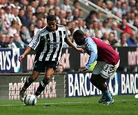 Fotball<br /> Premier League 2004/05<br /> Newcastle v Aston Villa<br /> 2. april 2005<br /> Foto: Digitalsport<br /> NORWAY ONLY<br /> Newcastle's Jermaine Jenas (L) looks to take on Aston Villa's J Lloyd Samuel (R)