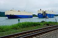 Barcos cargueros navegando por el Canal de Panama  en la zona de Gamboa por donde pasa  la linea del tren de carga, .Foto: Ramon Lepage / Istmophoto.