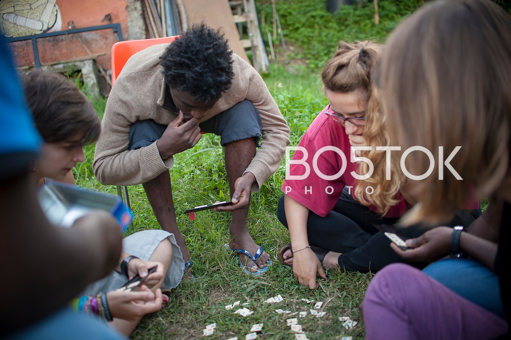 A group of African migrants play diferent games with volunteers in Lakaxita. Irun (Basque Country). August 26, 2018. Lakaxita is a self-managed socio-cultural space located in an occupied house, where volunteers have created a hosting network for migrants in transit who have already completed the 5-day period that can remain in public resources. This group of volunteers is avoiding a serious humanitarian problem Irún, the Basque municipality on the border with Hendaye. As the number of migrants arriving on the coasts of southern Spain incresead, more and more migrants are heading north to the border city of Irun. (Gari Garaialde / Bostok Photo)