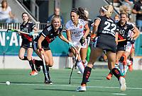 AMSTELVEEN -  Thirsa Kho (Oranje Rood) met Floor de Haan (Amsterdam)  tijdens de hockey hoofdklasse competitiewedstrijd  dames, Amsterdam-Oranje Rood (2-1).  COPYRIGHT KOEN SUYK
