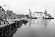 Nederland, Nijmegen, 7-5-1983Vervanging van de oude spoorbrug, die uit drie aparte bogen bestond, door een enkelvoudige overspanning van 235 meter, dan de grootste van ons land, waarbij een  oud brugdeel wordt vervangen door een betonnen aanloopbrug. De nieuwe brug is in 2004 uitgebreid met een fietsbaan, de zgn. snelbinder.Foto: Flip Franssen/Hollandse Hoogte
