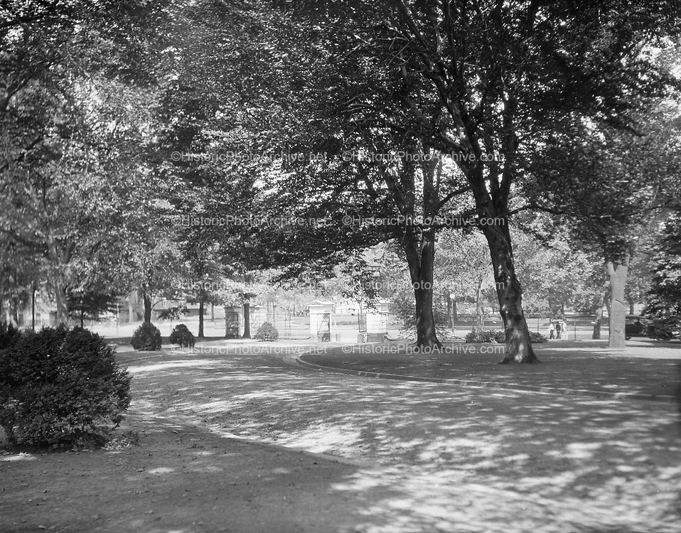 0613-B035. Driveway and gated entrance to the White House grounds. Washington, DC, 1922