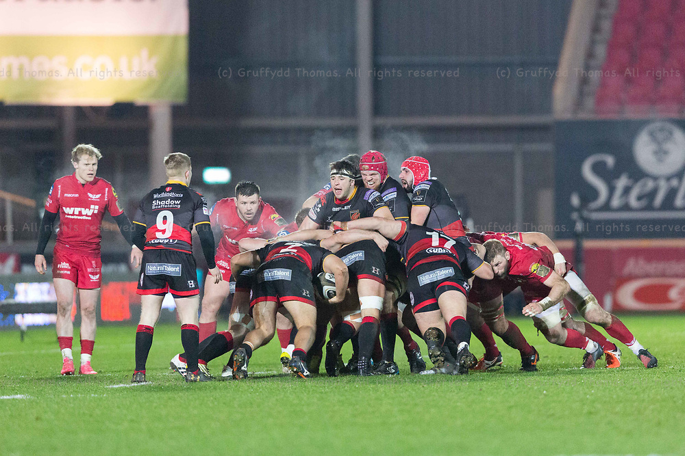 Parc y Scarlets, Llanelli, Wales, UK. Friday 5 January 2018.  The Dragons maul in the Guinness Pro14 match between Scarlets and Newport Gwent Dragons.