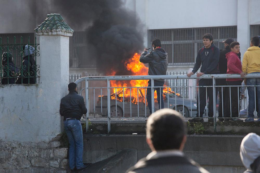 l'hommage du peuple Tunisien à Chokri Belaid fut perturbé par incidents entre jeunes casseurs et la police anti-emeutes. Des voitures sont brulées.
