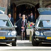 NLD/Laren/20140411 - Begrafenis slachtoffers familiedrama Schmittmann, familie en vrienden verlaten de kerk, dochter met zonnebril