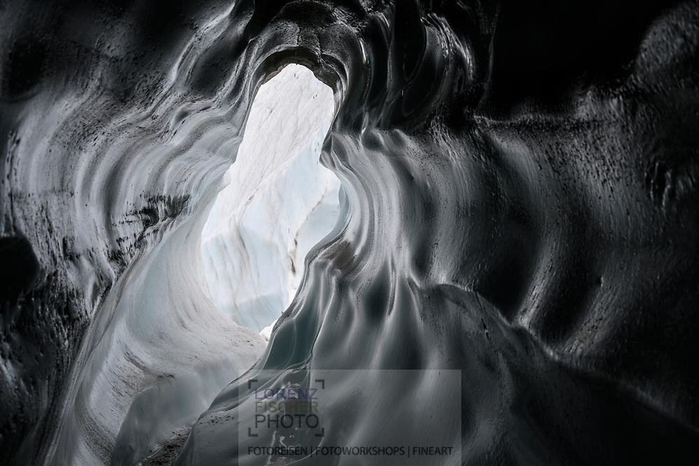 Schmelzwasserkanal auf dem Gornergletscher; Zermatt, Wallis, Schweiz / <br /> <br />  Meltwater channel on the Gorner glacier; Zermatt, Valais, Switzerland
