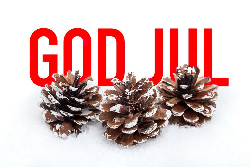Tre kongler i snøen foran tekst med julehilsen «God jul».