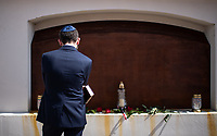 Tykocin, woj. podlaskie, 25.08.2021. W 80. rocznice mordu okolo dwoch tysiecy Zydow z Tykocina odslonieto pamiatkowa tablice z nazwiskami rodzin zydowskich pomordowanych przez Niemcow. Na stalowej tablicy znalazly sie nazwiska ponad 400 rodzin pomordowanych tykocinskich Zydow. Stalowa tablica jest utworzona z 18 warstw, co nawiazuje do 18 pokolen Zydow, ktorzy zyli w Tykocinie przed zaglada. Autorem jest prof Jaroslaw Perszko N/z ludzie ogladaja tablice z nazwiskami pomordowanych Zydow  fot Michal Kosc / AGENCJA WSCHOD