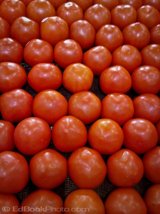 tomato arrangement in a grocery store
