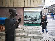 Nils Ferlin som staty. I bakgrunden i fönstret en bild jag tog som sjuttonåring över byggnationen av Sergels Torg.