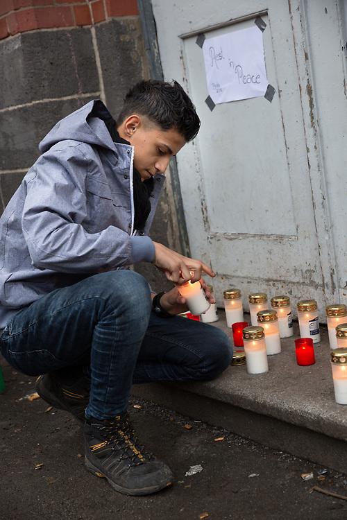 Rätsel um toten Flüchtling in Berlin. Nach Angaben eines freiwilligen Helfers verstarb Nachts ein Flüchtling auf dem Weg ins Krankenhaus, der zuvor mehrere Tage vor dem Lageso warten musste. Im Laufe des Tages werden immer mehr Zweifel an der Darstellung laut. Abends bestätigt die Polizei, dass die Geschichte nur ausgedacht war.<br /> Helfer stellen Kerzen auf dem Gelände auf. <br /> <br />   <br /> <br /> [© Christian Mang - Veroeffentlichung nur gg. Honorar (zzgl. MwSt.), Urhebervermerk und Beleg. Nur für redaktionelle Nutzung - Publication only with licence fee payment, copyright notice and voucher copy. For editorial use only - No model release. No property release. Kontakt: mail@christianmang.com.]