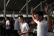 En el Ministerio de la Cosecha, en San Pedro Sula, los fieles evangélicos encuentran un punto de catarsis colectiva donde participan activamente en las canciones y danzas de la iglesia. Para algunos jóvenes es una oportunidad de mantenerse fuera de la obligación de militar en alguna pandilla.  (Prometeo Lucero)