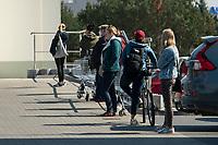 Bialystok, 07.04.2020. Z powodu epidemii koronawirusa do sklepow wpuszczanych jest jednoczesnie kilkanascie osob N/z kolejka przed sklepem LIDL fot Michal Kosc / AGENCJA WSCHOD