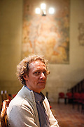 Dr. Peter Morée in der Bethlehemskapelle (tschechisch Betlemska kaple) in Prag. 1402 wurde der Magister Jan Hus zum Prediger an der Bethlehemskapelle berufen. Mit seinen mitreißenden Predigten in der Muttersprache der tschechischen Bevölkerung Prags erreichte er die Massen. Bis zu 3000 Menschen sollen seinen Predigten in der Bethlehemskapelle gefolgt sein. Hus, von der Theologie John Wyclifs beeinflusst, kritisierte die Missstände in der Kirche seiner Zeit.