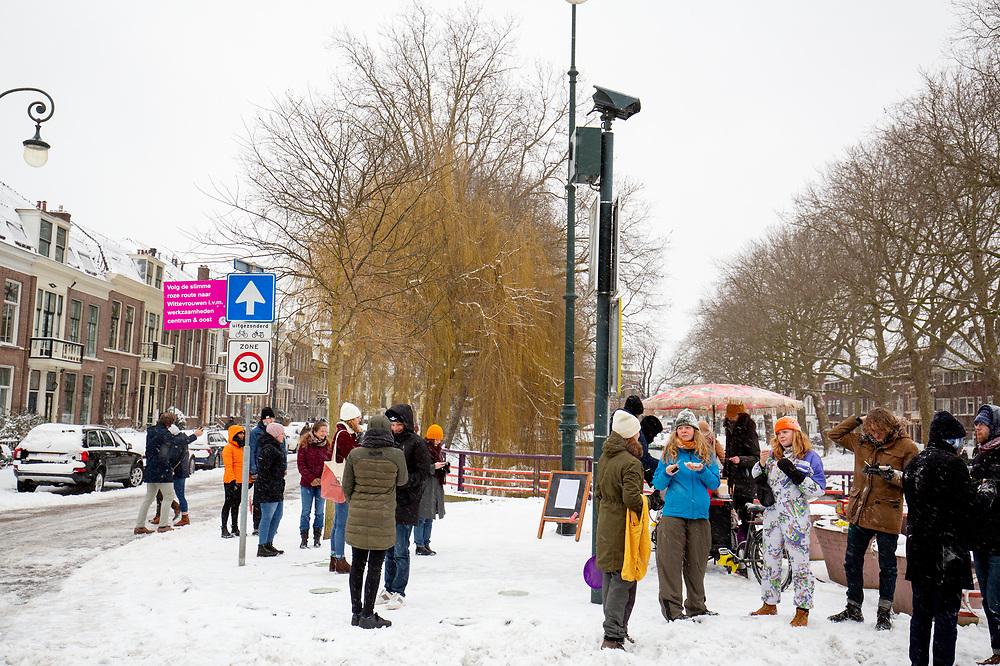 In Utrecht staan mensen bij een poffertjeskraam. Nederland geniet van de eerste sneeuw sinds lange tijd.<br /> <br /> In Utrecht people are standing at a poffertjes stall. People in the Netherlands enjoy the first snow since years.