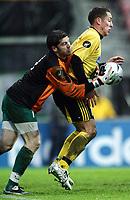 Fotball<br /> Royal League<br /> 27.11.2005<br /> Lillestrøm v Kalmar 0-0<br /> Foto: Morten Olsen, Digitalsport<br /> <br /> L-R: Petter Wastå (keeper) - Magnus Powell (LSK)