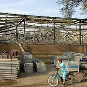 NLD/Huizen/20060705 - Mensen kijken naar de overblijfstelen van de brand van I Tonic en autobedrijf Fred Janssen aan de Machineweg Huizen