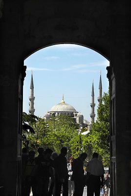 Turkije, Istanbul, 4-6-2011..De blauwe moskee, in sultanahmet gezien door de poort van het Topkapi paleis...Foto: Flip Franssen