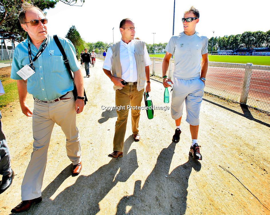 20060609. Lorient. Thor Hushovds sjef Roger Leagy til venstre, en av Credite Agricoles servicemenn i midten...Foto: Daniel Sannum Lauten/ Dagbladet