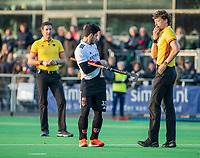 AMSTELVEEN -  Tanguy Cosyns (Adam) laat zijn blessure zien en krijgt groen,  met de scheidsrechters Maurits vd Wal Bake en Thijs Retra     tijdens de competitie hoofdklasse hockeywedstrijd heren, Pinoke-Amsterdam (1-1)   COPYRIGHT KOEN SUYK