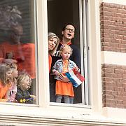 NLD/Amersfoort/20190427 - Koningsdag Amersfoort 2019, Fan's kijken uit het raam