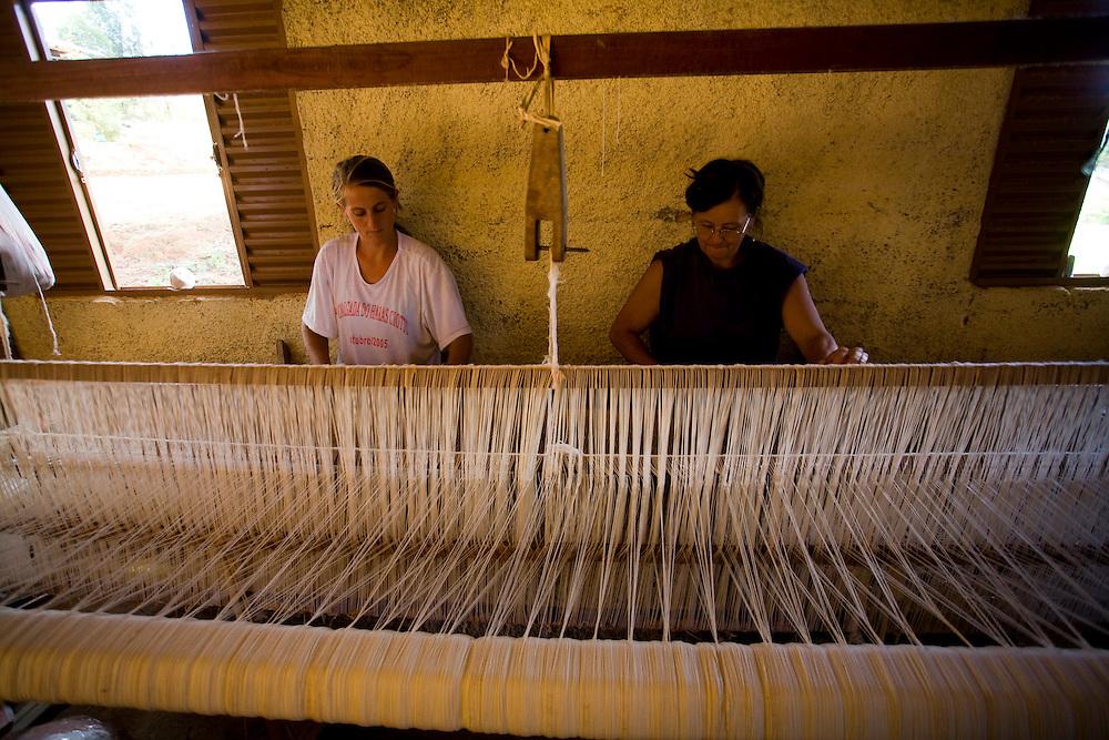 Itatiaiucu_MG, Brasil...Mae e filha tecendo uma colcha...The mother and the daughter weaving quilt...Foto: LEO DRUMOND / NITRO