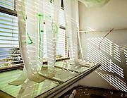 Abbandonato edificio, stanza vuota con finestra