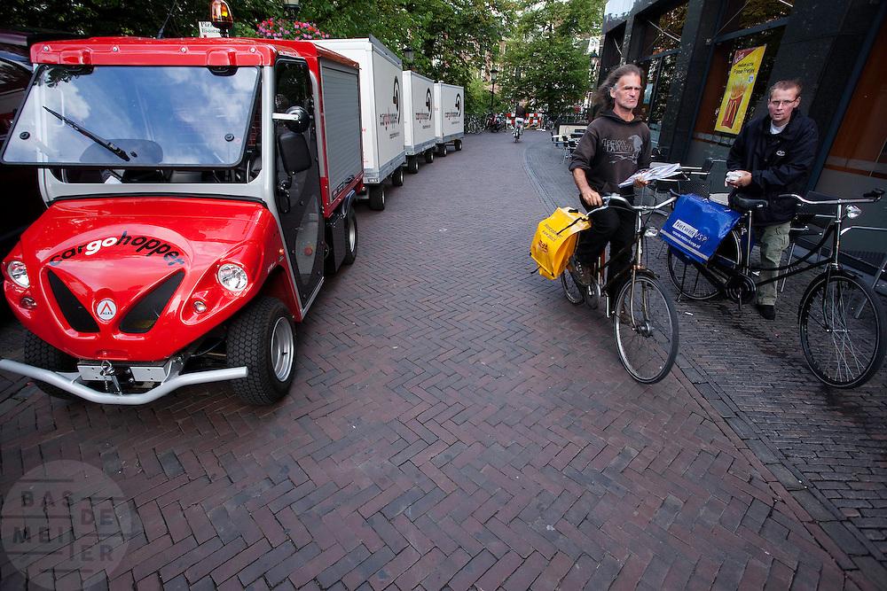 De Cargohopper bevoorraadt de binnenstad van Utrecht. Het grote voordeel van dit elektrisch aangedreven vrachtwagentje is dat het niet zoveel ruimte in de stad kost en relatief wendbaar is.