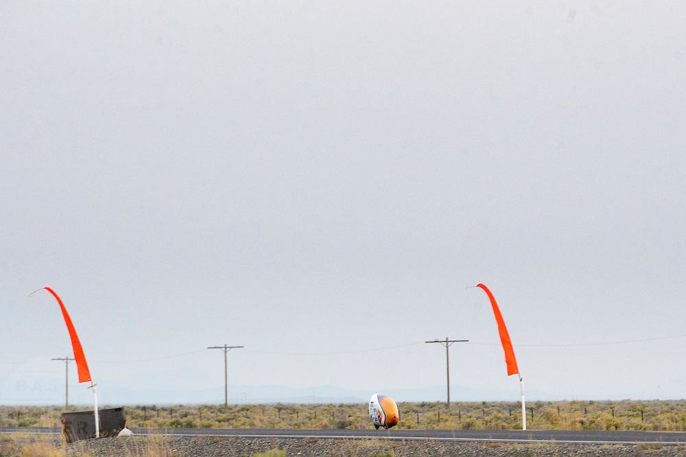 De VeloX4 passeert de tijdmeting. Het Human Power Team Delft en Amsterdam (HPT), dat bestaat uit studenten van de TU Delft en de VU Amsterdam, is in Amerika om te proberen het record snelfietsen te verbreken. Momenteel zijn zij recordhouder, in 2013 reed Sebastiaan Bowier 133,78 km/h in de VeloX3. In Battle Mountain (Nevada) wordt ieder jaar de World Human Powered Speed Challenge gehouden. Tijdens deze wedstrijd wordt geprobeerd zo hard mogelijk te fietsen op pure menskracht. Ze halen snelheden tot 133 km/h. De deelnemers bestaan zowel uit teams van universiteiten als uit hobbyisten. Met de gestroomlijnde fietsen willen ze laten zien wat mogelijk is met menskracht. De speciale ligfietsen kunnen gezien worden als de Formule 1 van het fietsen. De kennis die wordt opgedaan wordt ook gebruikt om duurzaam vervoer verder te ontwikkelen.<br /> <br /> The VeloX4 passes timing. The Human Power Team Delft and Amsterdam, a team by students of the TU Delft and the VU Amsterdam, is in America to set a new  world record speed cycling. I 2013 the team broke the record, Sebastiaan Bowier rode 133,78 km/h (83,13 mph) with the VeloX3. In Battle Mountain (Nevada) each year the World Human Powered Speed Challenge is held. During this race they try to ride on pure manpower as hard as possible. Speeds up to 133 km/h are reached. The participants consist of both teams from universities and from hobbyists. With the sleek bikes they want to show what is possible with human power. The special recumbent bicycles can be seen as the Formula 1 of the bicycle. The knowledge gained is also used to develop sustainable transport.