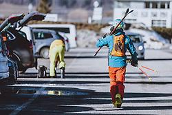 THEMENBILD - ein Skifahrer spaziert am Parkplatz zu seinem Auto, aufgenommen am 05. Februar 2021 in Kaprun, Österreich // a skier walks to his car, Kaprun, Austria on 2021/02/05. EXPA Pictures © 2021, PhotoCredit: EXPA/ JFK
