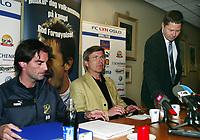 Fotball, 18 mai 2005, Styreleder i Lyn Sveinung Lunde på pressekonferanse om Obi Mikel i ettermiddag. Her med Morgan Andersen t.v.<br /> T.h. Lyn`s advokat Erik Nadheim<br /> Foto: Erik Berglund, Digitalsport