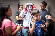 """Cosplay de """"V de Vendetta"""" en la Convencion Avalancha de Venezuela que reune a otakus, cosplayers, fanaticos de la ciencia ficcion, comics, anime, mangas y juegos. Caracas, del 9 al 18 de agosto de 2013. (Foto / ivan Gonzalez)"""