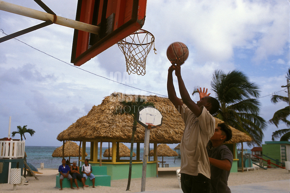 BELIZE / San Pedro / Young people playing basketball...© JOAN COSTA