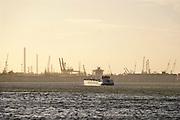 Nederland, the Netherlands, Rotterdam, 7-2-2019Een binnenvaartschip vaart  richting Europoort vanuit in haven van Rotterdam. Foto: Flip Franssen