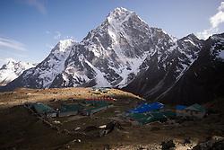"""THEMENBILD - Die Ortschaft Zonglha vor dem 6000er Cholatse (6.440 m). Wanderung im Sagarmatha National Park in Nepal, in dem sich auch sein Namensgeber, der Mount Everest, befinden. In Nepali heißt der Everest Sagarmatha, was übersetzt """"Stirn des Himmels"""" bedeutet. Die Wanderung führte von Lukla über Namche Bazar und Gokyo bis ins Everest Base Camp und zum Gipfel des 6189m hohen Island Peak. Aufgenommen am 16.05.2018 in Nepal // Trekkingtour in the Sagarmatha National Park. Nepal on 2018/05/16. EXPA Pictures © 2018, PhotoCredit: EXPA/ Michael Gruber"""