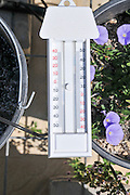 Thermometer measuring the maximum and minimum temperatures in a given time cycle