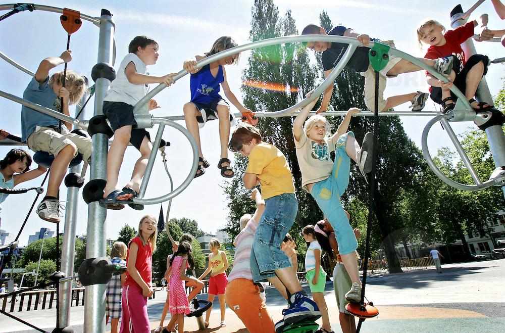 Nederland Rotterdam 3 juli 2006 20060703 Foto: David Rozing ..Kinderen / leerlingen klimmen tijdens de pauze en masse in klimtoestel. Onder het klimtoestel is een zachte ondergrond aangelegd ivm de veiligheid..Foto David Rozing