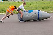 Aniek Rooderkerken gaat van start voor een testrun. Het Human Power Team Delft en Amsterdam (HPT), dat bestaat uit studenten van de TU Delft en de VU Amsterdam, is in Senftenberg voor een poging het laagland sprintrecord te verbreken op de Dekrabaan. In september wil het Human Power Team Delft en Amsterdam, dat bestaat uit studenten van de TU Delft en de VU Amsterdam, tijdens de World Human Powered Speed Challenge in Nevada een poging doen het wereldrecord snelfietsen voor vrouwen te verbreken met de VeloX 7, een gestroomlijnde ligfiets. Het record is met 121,44 km/h sinds 2009 in handen van de Francaise Barbara Buatois. De Canadees Todd Reichert is de snelste man met 144,17 km/h sinds 2016.<br /> <br /> The Human Power Team is in Senftenberg, Germany to race at the Dekra track as a preparation for the races in America. With the VeloX 7, a special recumbent bike, the Human Power Team Delft and Amsterdam, consisting of students of the TU Delft and the VU Amsterdam, also wants to set a new woman's world record cycling in September at the World Human Powered Speed Challenge in Nevada. The current speed record is 121,44 km/h, set in 2009 by Barbara Buatois. The fastest man is Todd Reichert with 144,17 km/h.