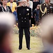 Dodenherdenking 1999 Baarn, Pr. Bernhard legt een krans met de burgemeester van Baarn