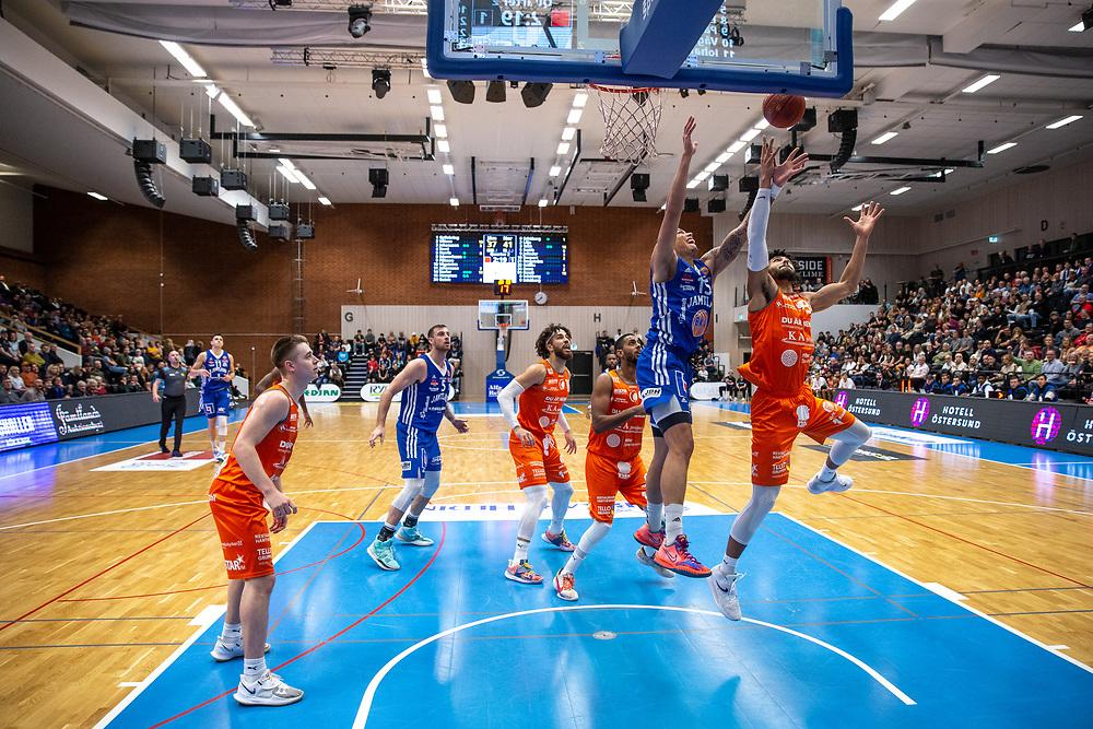 ÖSTERSUND 20211007<br /> Jämtlands Pierre Hampton kämpar under korgen under torsdagens match i basketligan mellan Jämtland Basket och Norrköping Dolphins.<br /> Foto: Per Danielsson / Projekt.P
