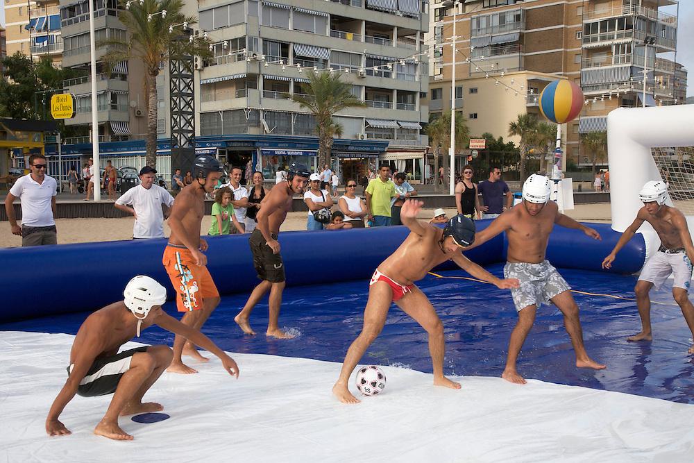 Agosto/2008 Comunidad Valenciana. Benidorm.Turistas jugando a water-football en la Playa de Levante..©JOAN COSTA....