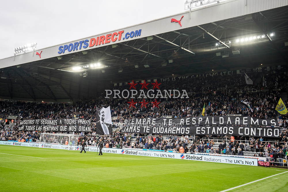 NEWCASTLE-UPON-TYNE, ENGLAND - Sunday, October 1, 2017: Newcastle United supporters unveil a Rafa Benitez banner in Spanish before the FA Premier League match between Newcastle United and Liverpool at St. James' Park. (Pic by Paul Greenwood/Propaganda)