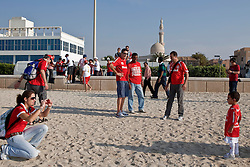 O craque Valdomiro e torcedores colorados na beira da praia, em Dubai. O Internacional participa de 8 a 18 de dezembro do Mundial de Clubes da FIFA, em Abu Dhabi. FOTO: Jefferson Bernardes/Preview.com