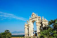 Italie, Campanie, Naples, quartier Mergellina, fontaine de Sebeto datant du XVIIe siècle, installee sur le front de mer en 1939 avec le Vésuve au fond // Italy, Campania, Naples, Mergellina area, Sebeto fountain