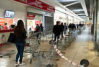 Bialystok, 07.04.2020. Z powodu epidemii koronawirusa do sklepow wpuszczanych jest jednoczesnie kilkanascie osob N/z kolejka do wejscia do hipermarketu Auchan fot Michal Kosc / AGENCJA WSCHOD