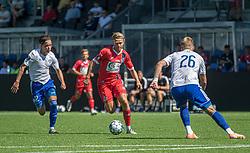 Carl Lange (FC Helsingør) følges af Nicolaj Thomsen (HIK) under træningskampen mellem FC Helsingør og HIK den 1. august 2020 på Helsingør Ny Stadion (Foto: Claus Birch).