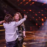 NLD/Hilversum/20190201- TVOH 2019 1e liveshow, Waylon omhelst Sanne de Winter