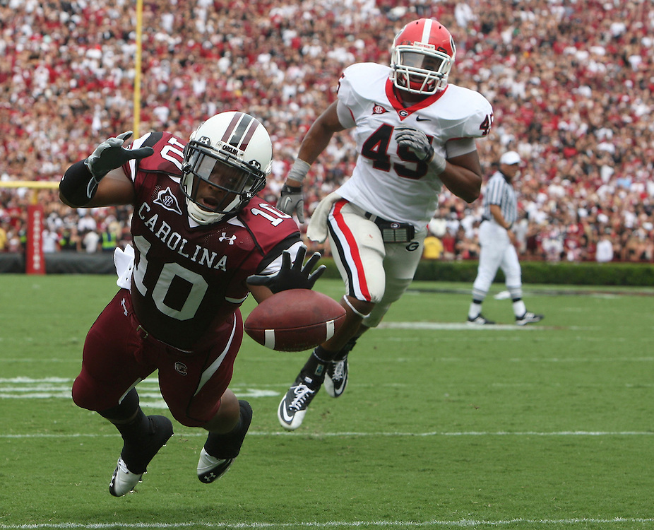 COLUMBIA - SEPTEMBER 11:  Tailback Brian Maddox #10 of the South Carolina Gamecocks misses an easy pass for a touchdown while linebacker Christian Robinson #45 of the Georgia Bulldogs watches during the game at Williams-Brice Stadium on September 11, 2010 in Columbia, South Carolina.  (Photo by Mike Zarrilli/Getty Images)